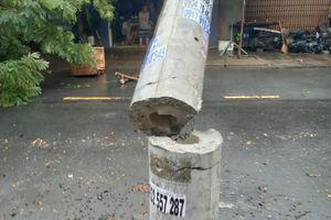 Sau mưa lớn, 'lộ' cột điện không lõi sắt gãy giữa đường
