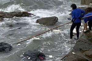 Phạt 35 triệu đồng chủ quán và 3 nhân viên xả rác ra biển