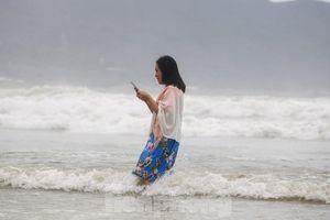 Mặc sóng lớn sau bão, người dân vẫn ra biển câu cá, chụp hình