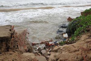 Mưa to, sóng lớn quật tan tác bờ kè Cửa Đại