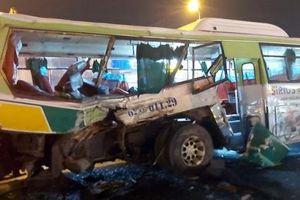 20 người ngồi xe buýt nhập viện sau cú 'xiên ngang' của xe tải