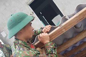 Gần 4.000 bộ đội và dân quân tự vệ giúp dân khắc phục bão số 5