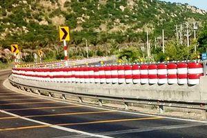 Bình Thuận: Hàng trăm lốp xe ôtô được trang trí hai bên đường