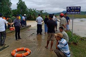 3 người dắt xe máy băng qua đập tràn, nam thanh niên bị nước lũ cuốn tử vong