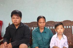 Xót xa cảnh mồ côi cha mẹ, anh trai phải nghỉ học để ở nhà chăm em bệnh tật