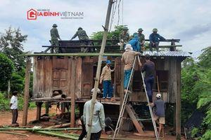 Người dân miền Trung dọn đường, lợp nhà khắc phục hậu quả bão số 5