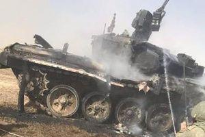 Tăng T-90A của Quân đội Nga đen thui sau khi trúng tên lửa chống tăng của...đồng đội