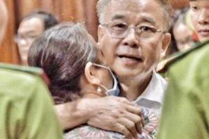 Xét xử Nguyễn Thành Tài: Mẹ già 97 tuổi len lỏi tới ôm con, cả 2 bật khóc