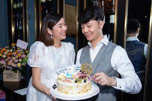 Thúy Vân ngọt ngào tổ chức sinh nhật bất ngờ cho Nhật Vũ: 'Phải giả bộ kêu chồng mặc đẹp dẫn vợ đi ăn bún đậu'