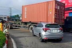 Xe đầu kéo va chạm xe con trên đường dẫn cao tốc TP HCM - Trung Lương