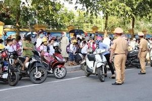 'Xếp hàng đón con' - mô hình 'cổng trường an toàn' ở Bắc Ninh