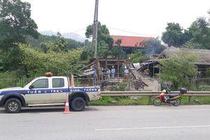 Tháo dỡ hàng quán mở trái phép trên cao tốc Nội Bài-Lào Cai