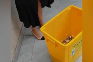 Thẩm mỹ viện trả lương cho nhân viên cũ bằng 2 thùng tiền xu