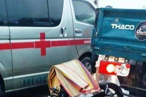 Trong cơn mưa, xe máy húc đuôi xe tải khiến hai thanh niên tử vong tại chỗ