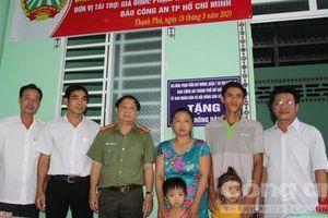 Báo Công an TPHCM bàn giao nhà 'mái ấm nông dân' ở huyện Cờ Đỏ