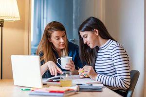 Cha mẹ say xỉn, khỏa thân khi con học trực tuyến