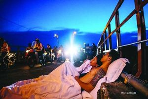 Chụp ảnh cưới 'chăn gối' ngoài đường phố Hà Nội: Cơ quan chức năng cần sớm làm rõ, xử lý nghiêm