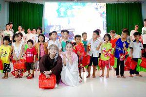 Khả Như và Duy Khánh mang đến đêm Trung thu ấm áp cho trẻ em mồ côi Long An