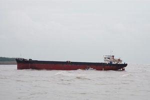 Cứu hộ thành công tàu chở hàng mắc cạn ngoài cửa biển