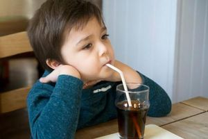 Top 10 loại thực phẩm phụ huynh không nên cho trẻ sử dụng