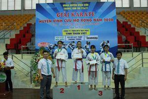 Các vận động viên sôi nổi tranh tài tại giải Karatedo huyện Vĩnh Cửu