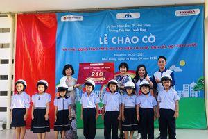 Trao 210 mũ bảo hiểm miễn phí cho học sinh