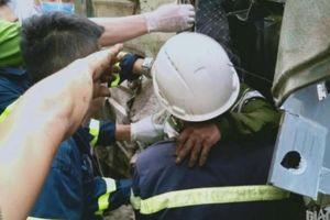 Sơn La: Lật xe trên đèo Chiềng Đông, phá ca bin giải cứu 2 người mắc kẹt