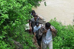 Xử lý 5 công dân nhập cảnh trái phép qua đường sông ở cửa khẩu Nậm Cắn