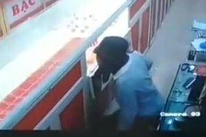 Học sinh lớp 9 bịt mặt đột nhập tiệm vàng trộm gần 400 triệu đồng