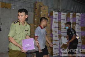 Đột kích kho hàng 'khủng', thu giữ hơn 10 ngàn chai sữa chua Trung Quốc