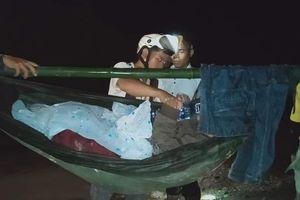 Đường sạt lở, 16 thanh niên khiêng thiếu nữ vượt gần 40 cây số đi cấp cứu