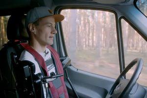Chàng trai không tay chân lái ô tô khiến nhiều người thót tim