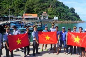 Tặng 2.000 lá cờ Tổ quốc cùng ngư dân bám biển