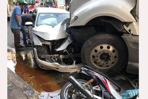 Xe container mất lái tông xe ô tô, nhiều xe máy ở quận 10