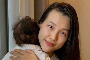 MC Hoàng Oanh đưa con mới sinh sang Singapore đoàn tụ cùng chồng