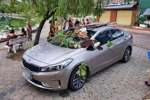 Đỗ ô tô không đúng chỗ, tài xế 'tái mặt' khi nhìn những 'món quà' được đặt khắp nơi