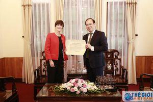 Cục trưởng Cục Lãnh sự trao Giấy chấp nhận lãnh sự cho Tổng Lãnh sự Anh tại TP. Hồ Chí Minh