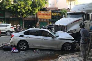 Xe container 'bay' qua dải phân cách tông trúng ô tô và hàng loạt xe máy
