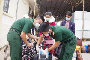 Đón hơn 100 sinh viên Lào trở lại nhập học tại Thừa Thiên Huế