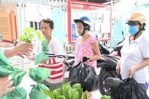 TP.HCM: Dân hào hứng đổ xô mang thải nhựa đổi lấy gạo