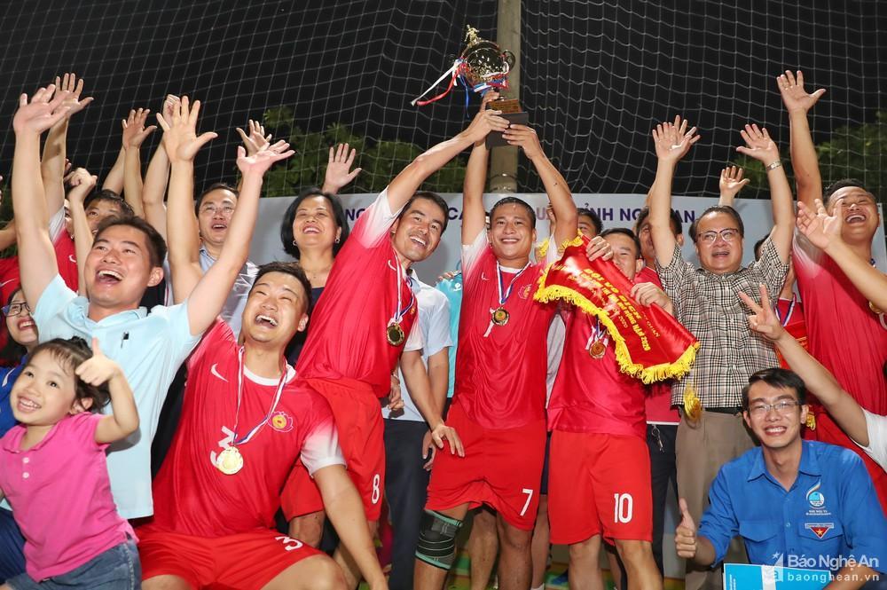 Đội Cụm Tài chính - Thương mại giành Cúp Vô địch Giải Bóng đá Các Cụm thi đua mở rộng