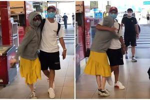 Huỳnh Anh ôm chầm lấy Quang Hải ngay ở cửa sân bay