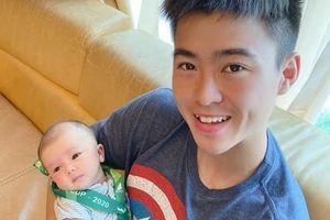 Duy Mạnh đeo huy chương vàng lên cổ con trai mừng vô địch Cúp Quốc gia