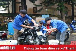 Thanh niên thị trấn Hồi Xuân rửa xe gây quỹ mua quà Trung thu cho trẻ em nghèo