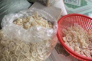 Phát hiện cơ sở gom bao cao su đã qua sử dụng về súc rửa, tái chế
