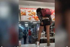 Bị từ chối phục vụ, cô gái nhảy lên quầy mắng nhân viên