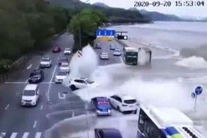 Hãi hùng cảnh thủy triều cuốn phăng loạt ôtô đang di chuyển trên đường