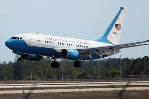 Máy bay chở Phó Tổng thống Mỹ buộc phải quay lại do trục trặc động cơ