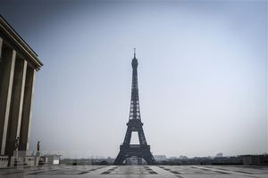 Sơ tán khẩn cấp tại khu vực tháp Eiffel của Pháp