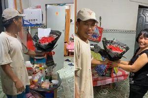 Hình ảnh người chồng quần áo 'lấm lem' tặng hoa cho vợ, biểu cảm sau đó của cả hai khiến cư dân mạng thích thú